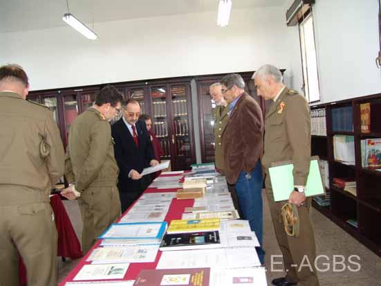 El Presidente de la Asociación muestra algunas donaciones al nuevo Coronel Director de la Academia en presencia de miembros de su Junta Directiva.